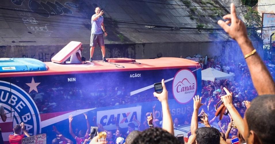 Volante Nilton sobe no teto do ônibus para filmar a torcida do Bahia antes da final do Estadual, contra o Vitória