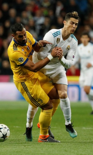 Cristiano Ronaldo disputa jogada com Benatia
