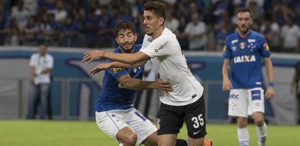 Danilo Avelar em ação pelo Corinthians durante amistoso contra o Cruzeiro
