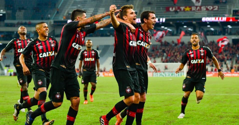 Jogadores do Atlético-PR comemoram gol de Paulo André contra o Internacional