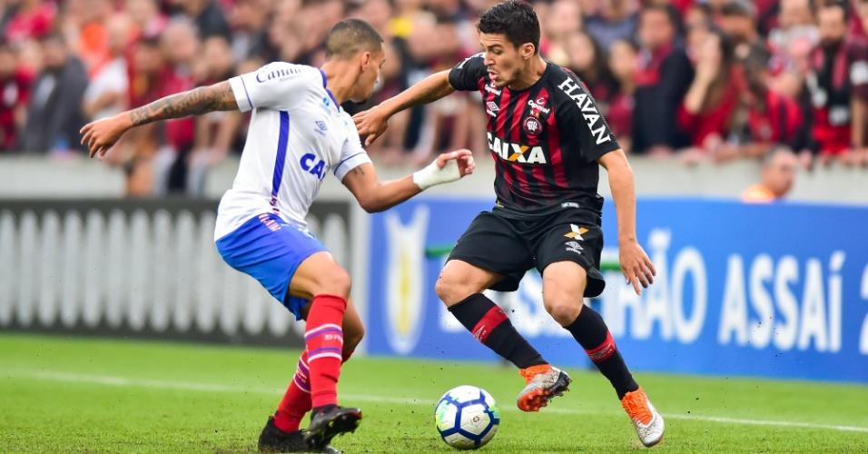 Marcinho, do Atlético-PR, enfrenta a marcação de Gregore durante partida contra o Bahia
