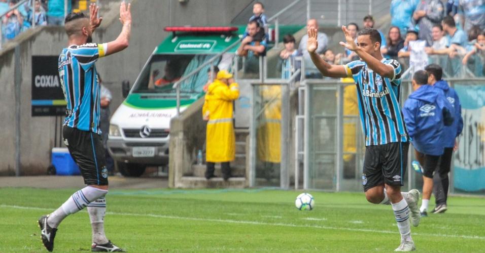 Thonny Anderson comemora com Maicon após marcar pelo Grêmio contra o Ceará