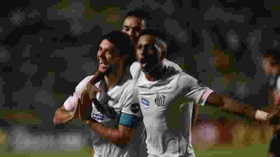 Victor Ferraz e Rodrygo comemoram vitória do Santos contra o Oeste no Pacaembu - Divulgação/Santos