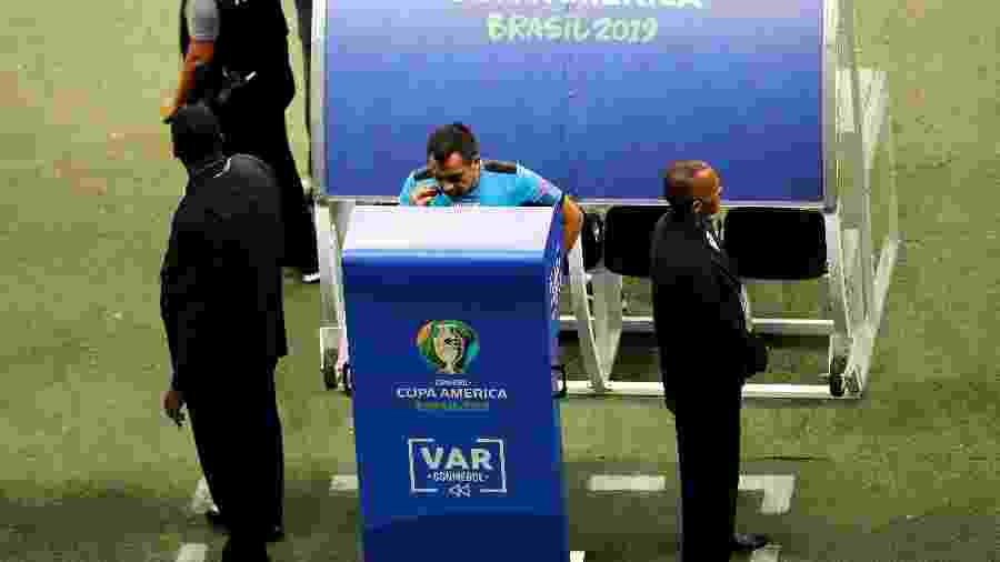 Julio Bascuñan consulta o VAR durante Brasil x Venezuela - REUTERS/Luisa Gonzalez