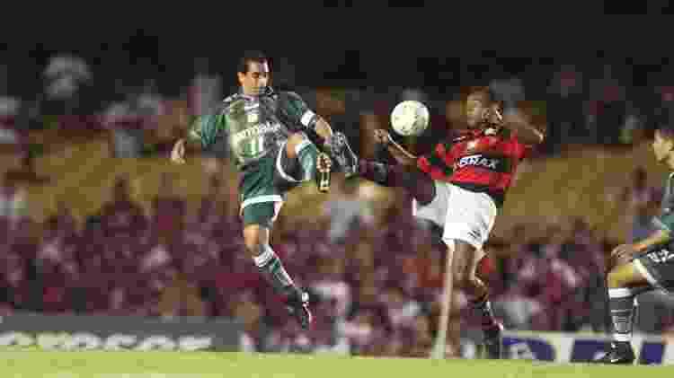 Zinho e Marcelo disputam lance no primeiro jogo da final da Copa Mercosul de 1999 - Ormuzd Alves/Folhapress