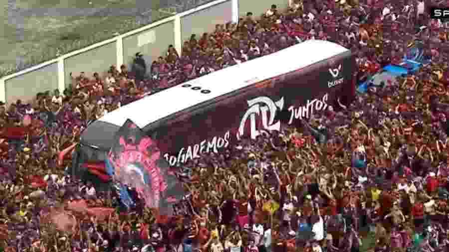 Flamengo comemorou título no mesmo ônibus que partiu para vencer a Libertadores - Reprodução/SporTV