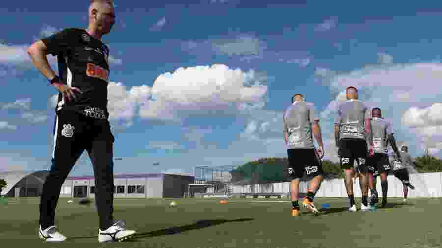 Tiago Nunes comanda primeiro treino no Corinthians no CT Joaquim Grava e esbo?a defesa e ataque - Daniel Augusto Jr/Agência Corinthians