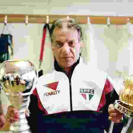 Telê Santana com o troféu da Copa Intercontinental nos anos 90 - Reprodução