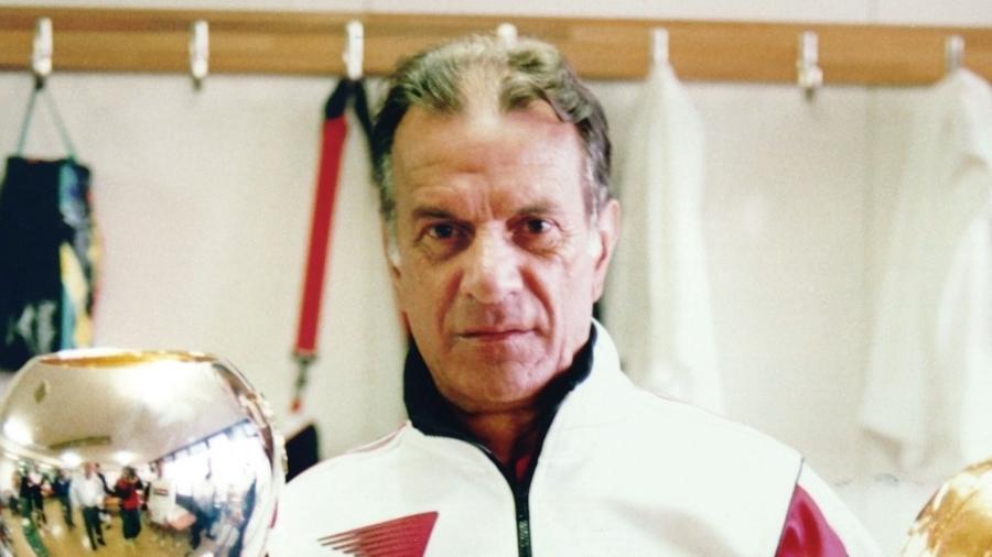 Telê Santana com o troféu da Copa Intercontinental nos anos 1990; São Paulo foi último brasileiro a ganhar o confronto - Reprodução