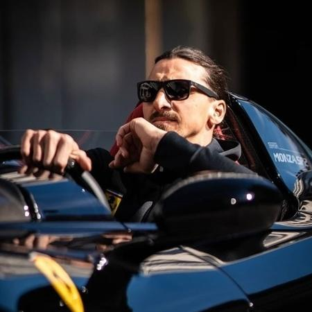 Zlatan Ibrahimovic apareceu no último sábado (9) com sua Ferrari Monza SP2 em Estocolmo, na Suécia - Reprodução/Instagram @ferdi_piace