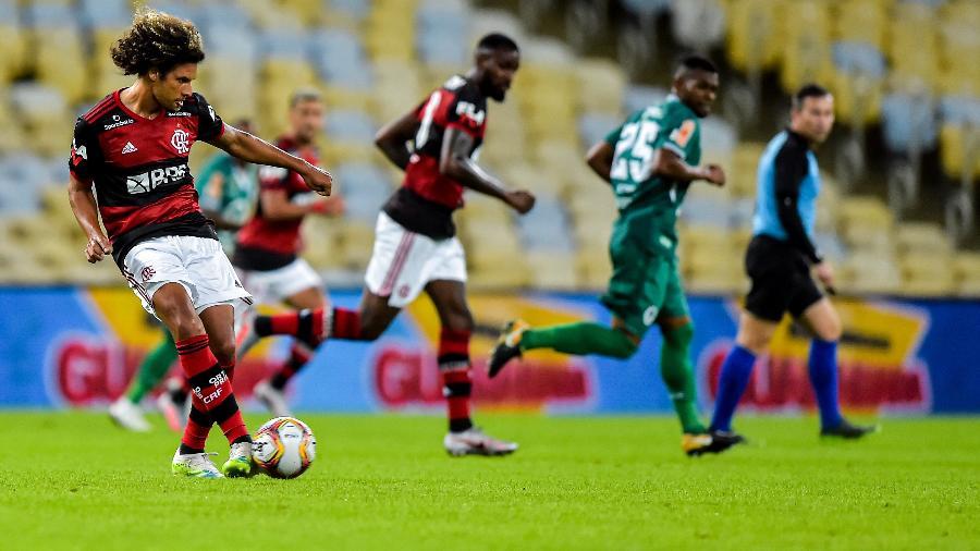 Willian Arão, do Flamengo, dá passe durante partida contra o Boavista que teve transmissão pela Fla TV na internet - Thiago Ribeiro/AGIF