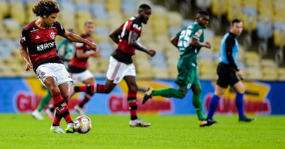Willian Arão, do Flamengo, dá passe durante partida contra o Boavista