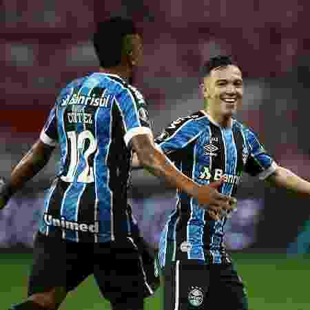 Bruno Cortez e Pepê comemoram gol marcado pelo atacante durante o Gre-Nal - Pool/Getty Images