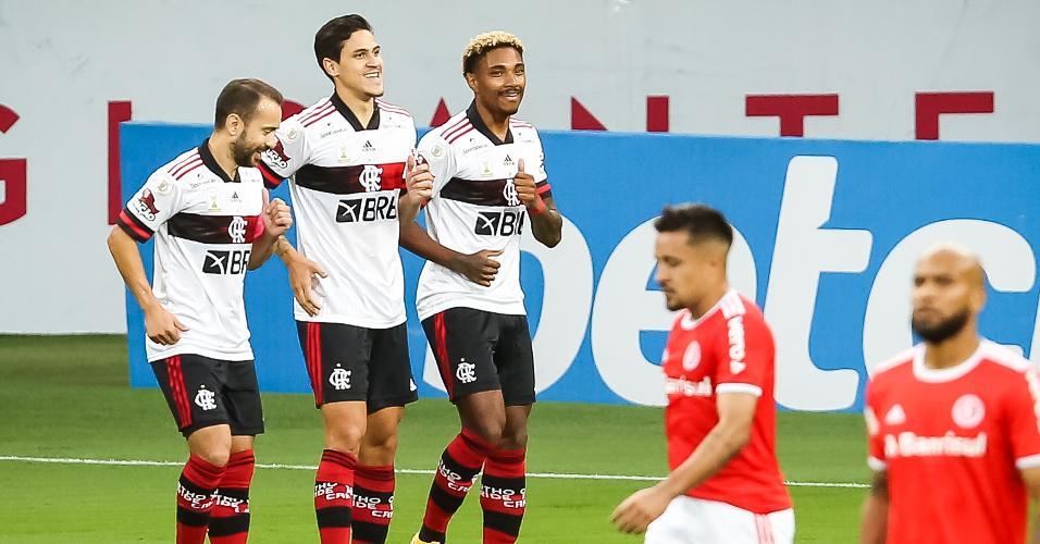 Jogadores do Flamengo comemoram gol contra o Inter