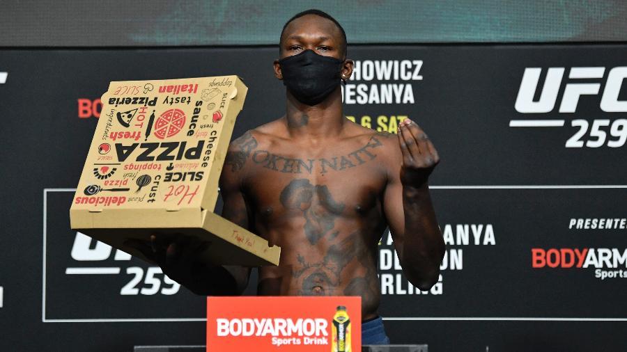 Adesanya posa com caixa de pizza durante pesagem do UFC - Jeff Bottari/Zuffa LLC