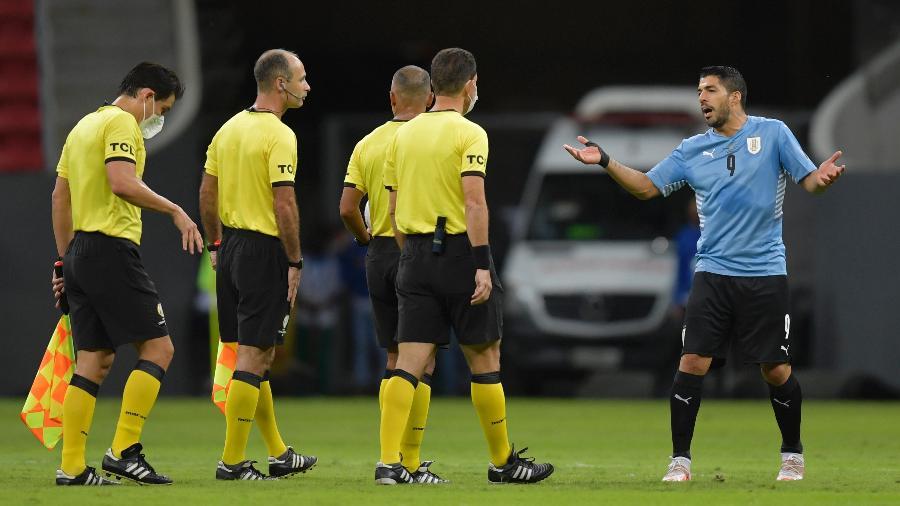 Suarez reclama com o árbitro brasileiro Wilton Pereira Sampaio em Argentina x Uruguai na Copa América - Pedro Vilela/Getty Images