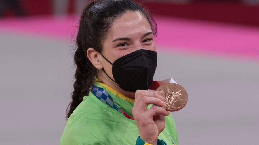 Mayra Aguiar mostra sua medalha de bronze no judô - Júlio Cesar Guimarães/COB