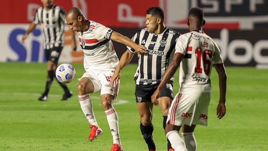 Zagueiro Miranda, do São Paulo, disputa lance com atacante Hulk, do Atlético-MG, pela 22ª rodada do Brasileirão - Marcello Zambrana/Marcello Zambrana/AGIF