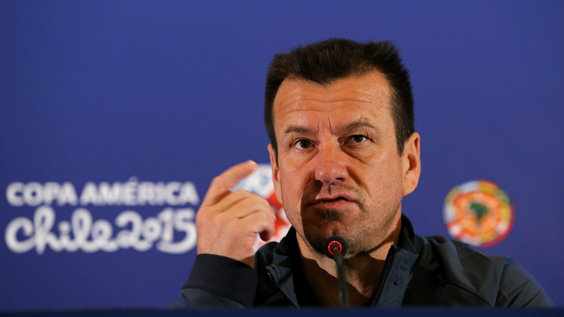 Técnico Dunga gesticula durante entrevista coletiva no Chile durante a Copa América 2015