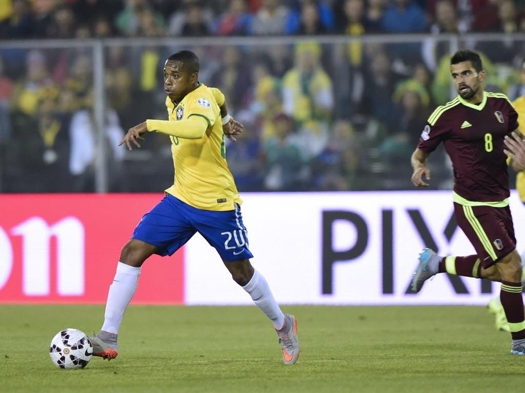 Robinho carrega a bola pelo Brasil contra a Venezuela na Copa América