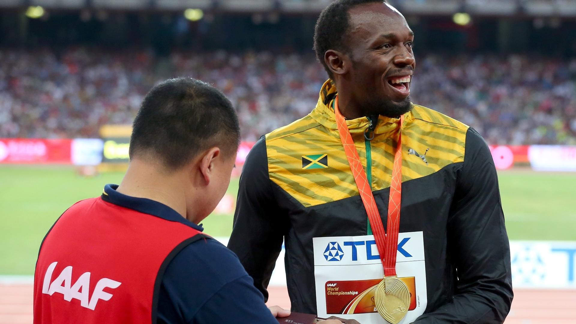 O cinegrafista chinês Tao Song presenteou Usain Bolt com um bracelete da amizade