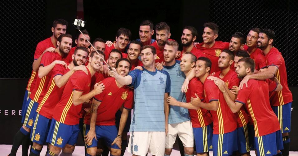 Seleção espanhola apresenta o novo uniforme para a disputa da Eurocopa 2016