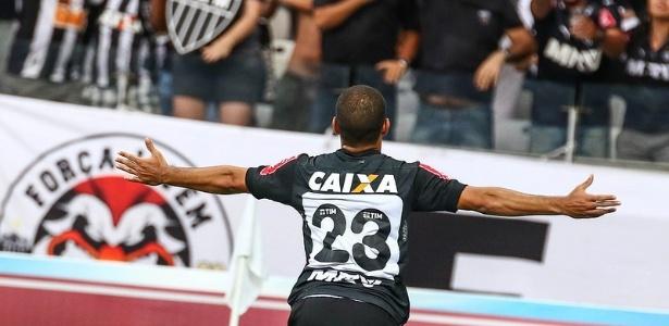 Clayton sentiu lesão na partida contra o Santos, mas deverá enfrentar o São Paulo