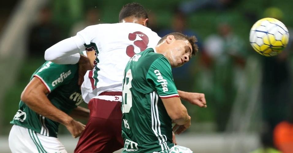 Vitor Hugo (encoberto) cabeceia para marcar o primeiro do Palmeiras contra o Fluminense