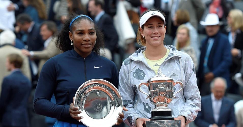 Muguruza e Serena Williams com os troféus de Roland Garros após final