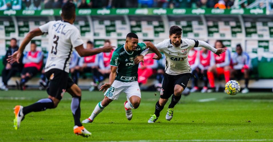 Gabriel Jesus disputa jogada com Felipe na partida entre Palmeiras e Corinthians pelo Campeonato Brasileiro