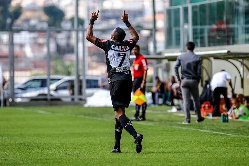Robinho comemora o gol que deu a vitória ao Atlético-MG contra o América-MG
