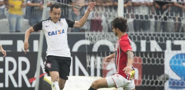 Rodriguinho e Hudson disputam bola no último Corinthians x São Paulo
