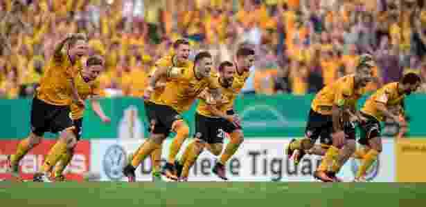 Jogadores do Dynamo Dresden comemoram vitória nos pênaltis sobre o RB Leipzig na Copa da Alemanha - Thomas Eisenhuth/DPA/AFP Photo - Thomas Eisenhuth/DPA/AFP Photo