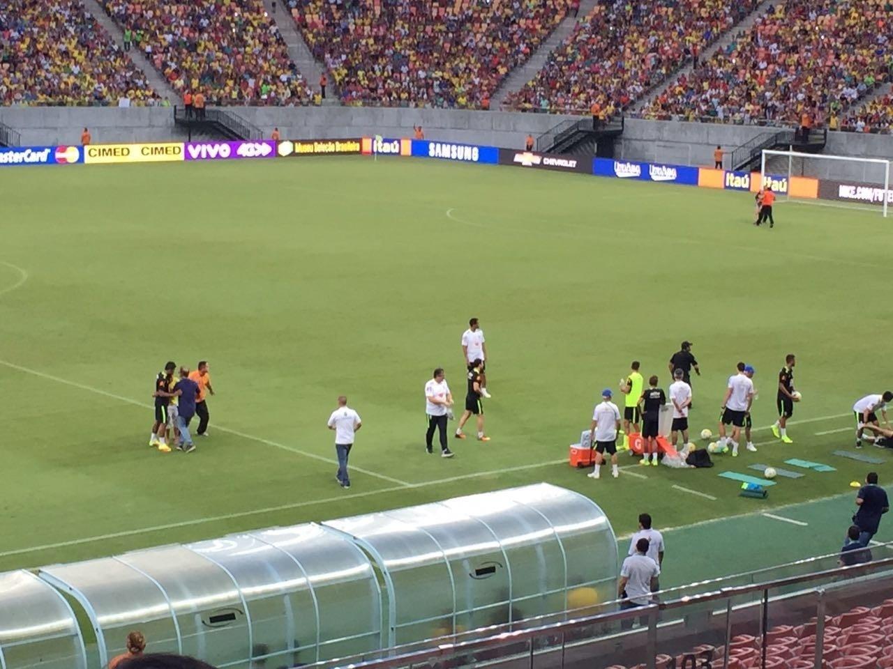 Torcedores invadem o gramado após treino da seleção brasileira em Manaus