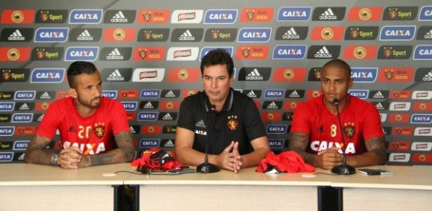 Leandro Pereira (e) e Paulo Henrique (d) são apresentados executivo de futebol