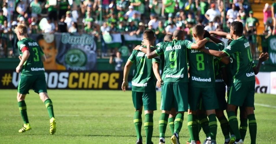 Amaral celebra o gol de virada junto com os companheiros de equipe