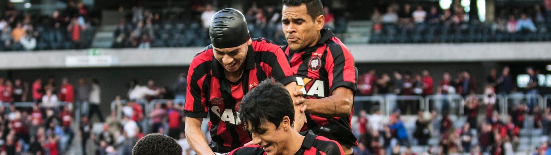 Jogadores do Atlético-PR comemoram gol contra o Vitória