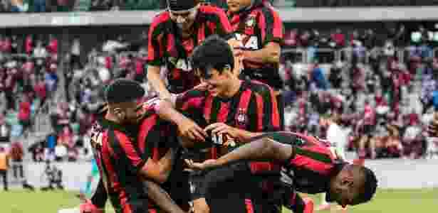 Jogadores do Atlético-PR comemoram um gol contra o Vitória - Cleber Yamaguchi/AGIF - Cleber Yamaguchi/AGIF