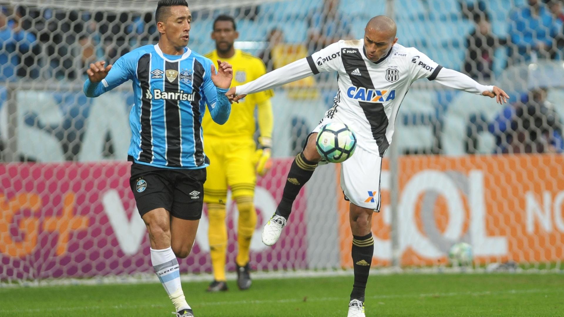 Barrios e Nino Paraíba disputam lance em Grêmio x Ponte Preta