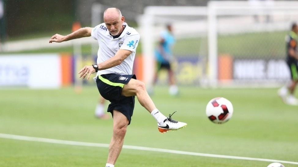 Preparador de goleiros, Taffarel bate na bola em treino da seleção brasileira