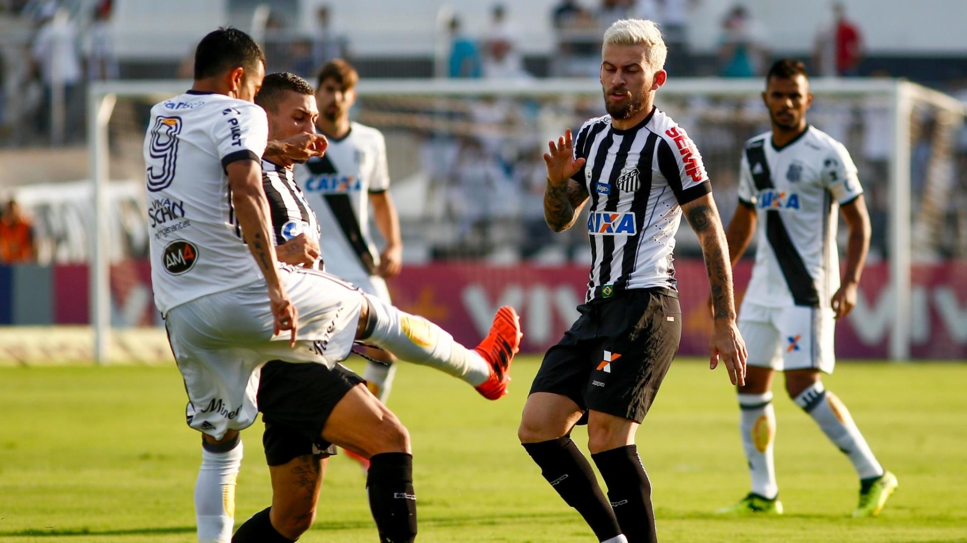 Lucca, da Ponte Preta, e Lucas Lima, do Santos, no duelo pela 27ª rodada do Campeonato Brasileiro