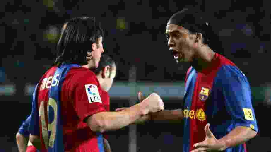 Ronaldinho e Messi nos tempos em que eles jogavam juntos no Barcelona - Denis Doyle/Getty Images