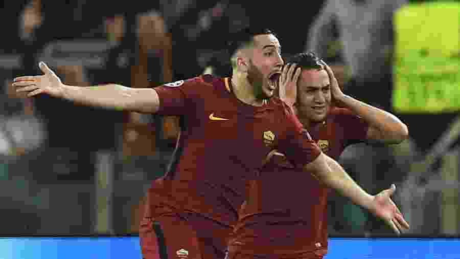 Manolas (esq) comemora gol da Roma; Cengiz Ünder (dir) leva as mãos à cabeça - Lluis Gene/AFP