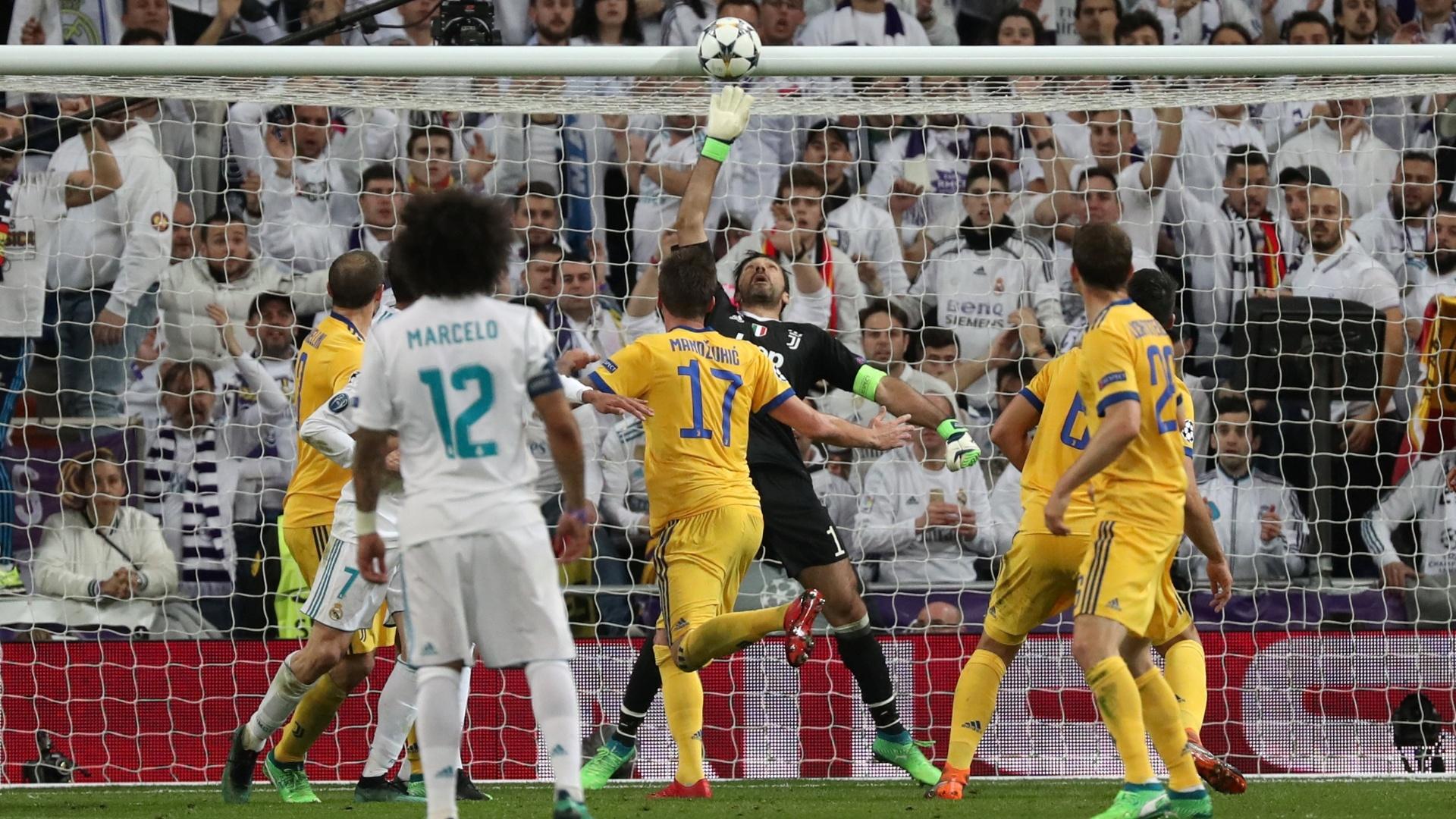 Ainda no primeiro tempo, Varane acertou o travessão de Buffon