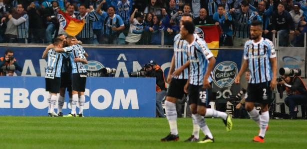 Jogadores do Grêmio comemoram gol contra o Estudiantes pela Copa Libertadores