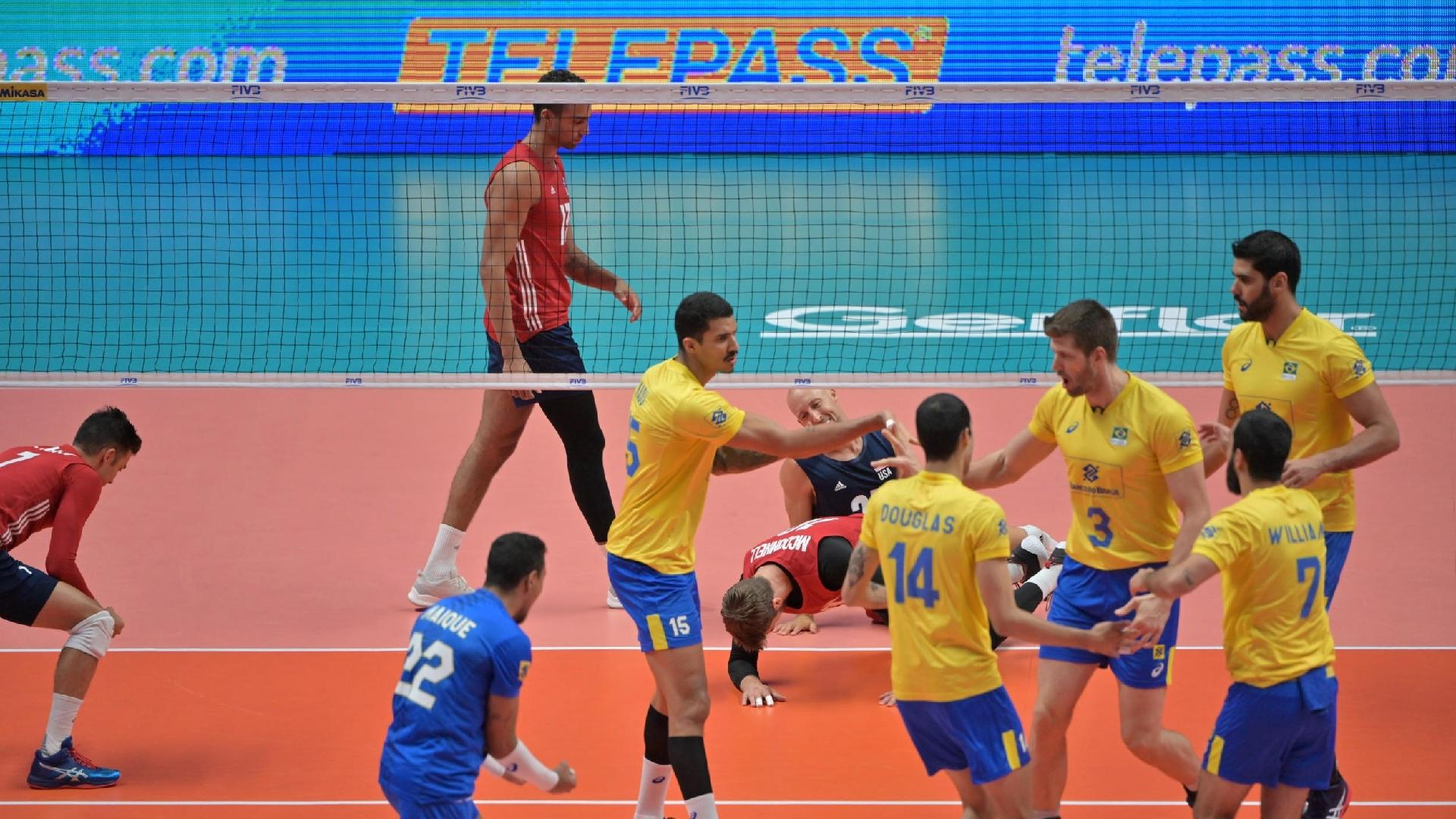 Seleção brasileira comemora ponto diante dos Estados Unidos no Mundial de Vôlei