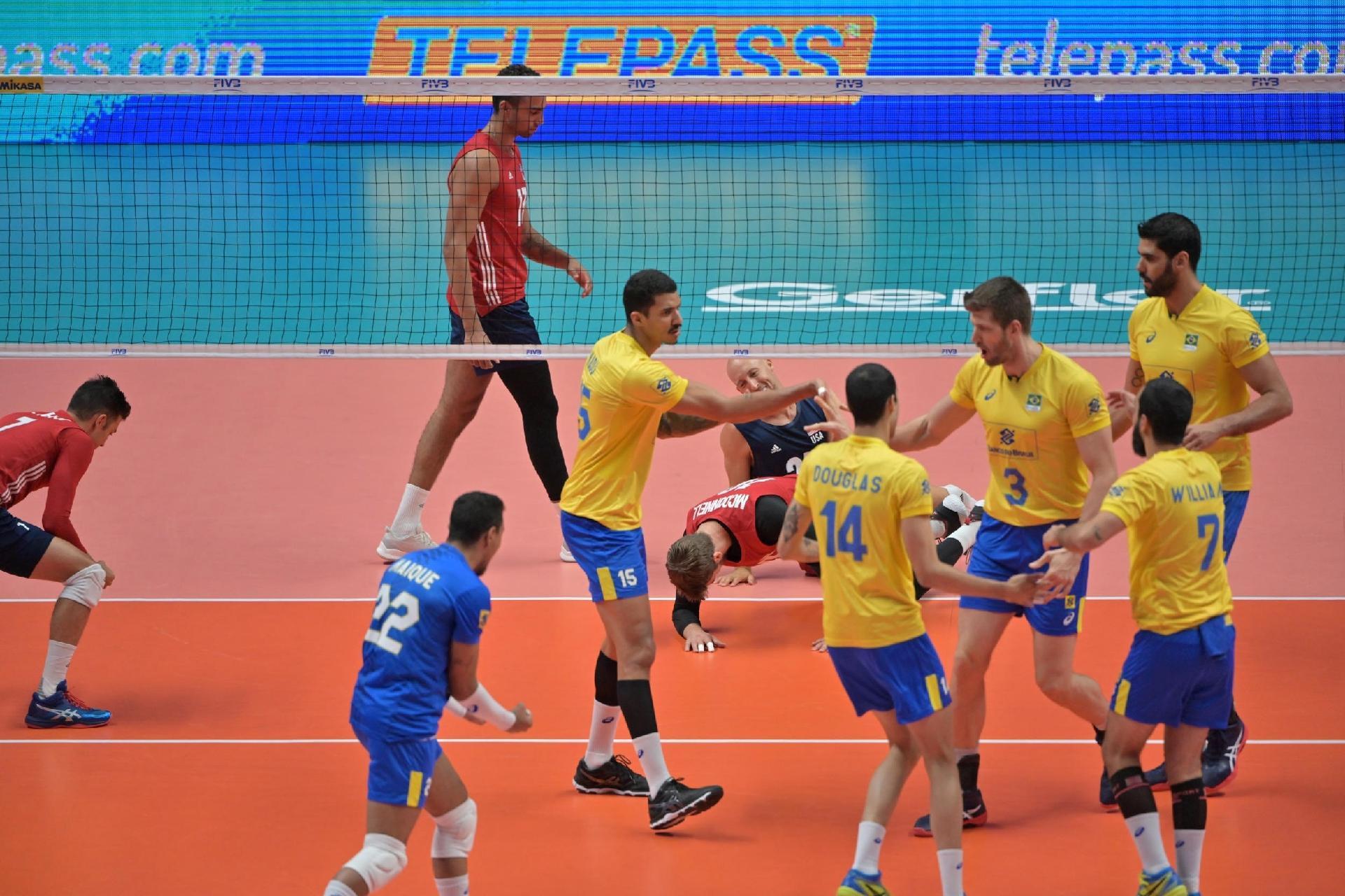 70dcce62c1 Seleção brasileira comemora ponto diante dos Estados Unidos no Mundial de  Vôlei