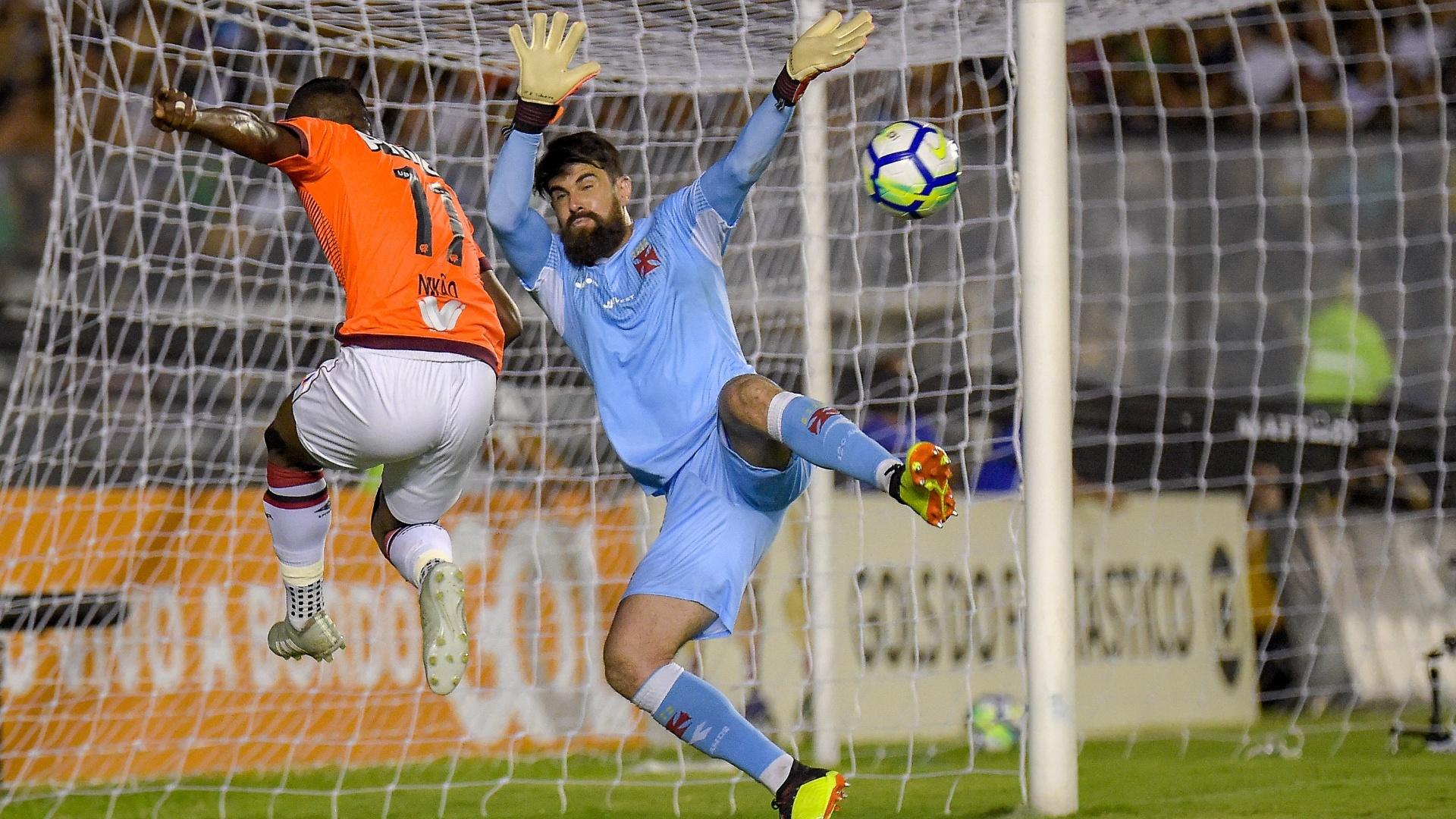 O goleiro Fernando Miguel tenta evitar ataque de Nikão no jogo entre Vasco e Atlético-PR