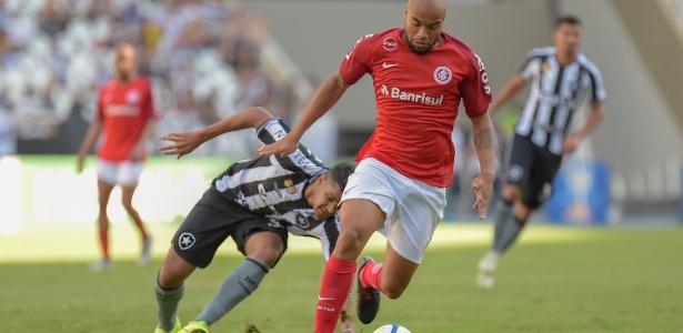 Rodrigo Moledo em ação contra o Botafogo; jogador foi expulso e está suspenso - Thiago Ribeiro/AGIF