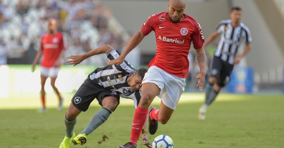 Rodrigo Moledo ganha a frente de Brenner e sai jogando para o Inter contra o Botafogo